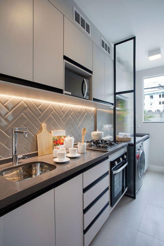 Cozinha pequena com armários com bordas pretas.