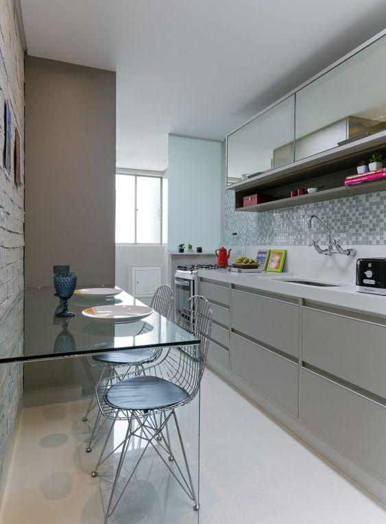 Decoração de cozinha com mesa de vidro para duas pessoas.