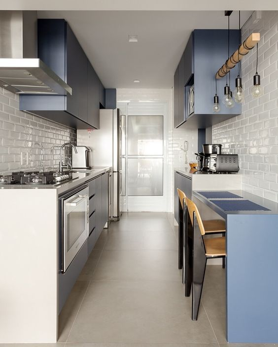 Decoração de apartamento pequeno com cozinha com armário e mesa azuis.