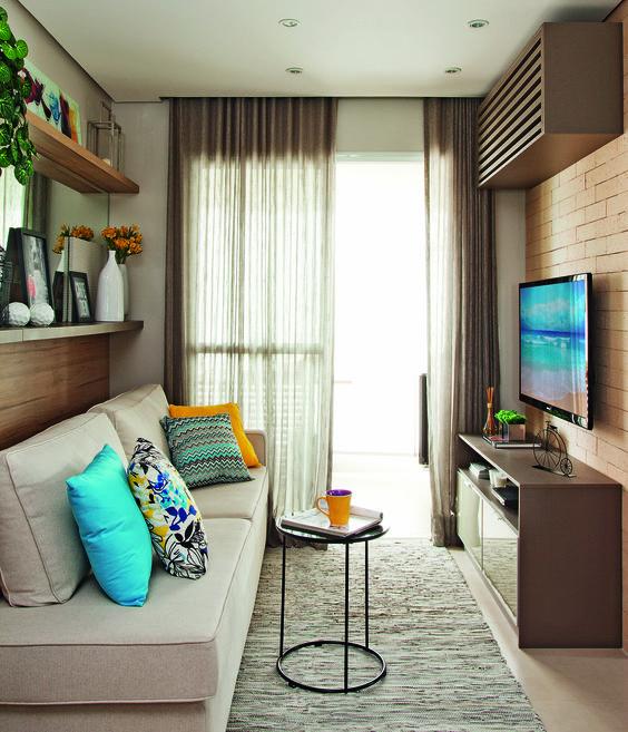 Sala decorada com almofadas coloridas e prateleiras com artigos decorativos.