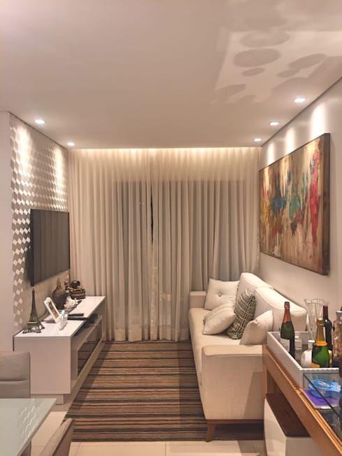 Quadro colorido grande decorando sala em cores neutras.
