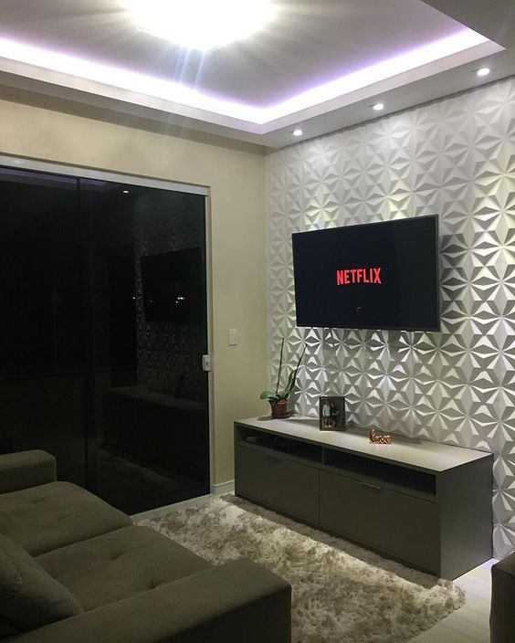 Decoração de apartamento pequeno com sala com parede texturizada branca.