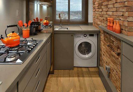 Cozinha integrada com lavanderia escondida em armário.