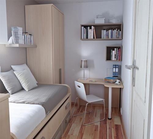 Quarto pequeno decorado com nichos com livros e almofadas.