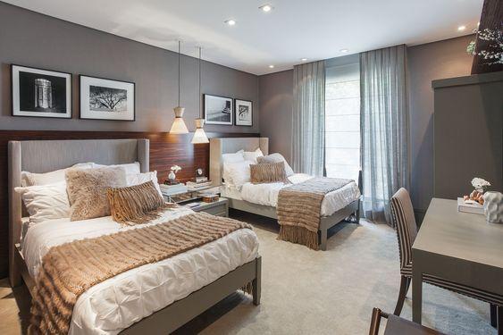 Decoração de quarto grande hóspedes com suas camas de casal.