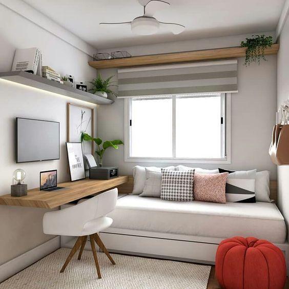 Quarto de hóspedes decorado com muitas almofadas, quadros e prateleiras com plantas.