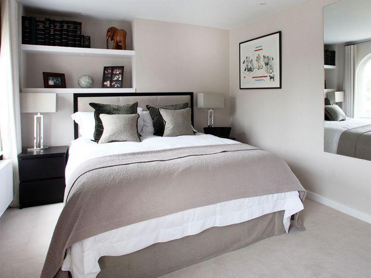 Decoração preta, branca e cinza de quarto de casal com mesinhas de cabeceira com abajurs.