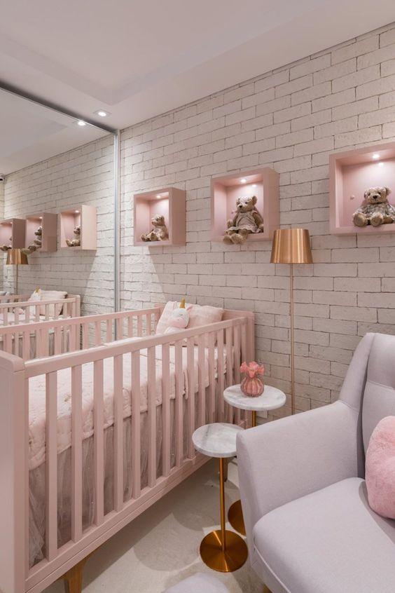 Decoração de quarto de bebê com nichos iluminados na parede com ursos de pelúcia.