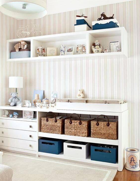Decoração de quarto infantil com prateleiras e cestos para organização.