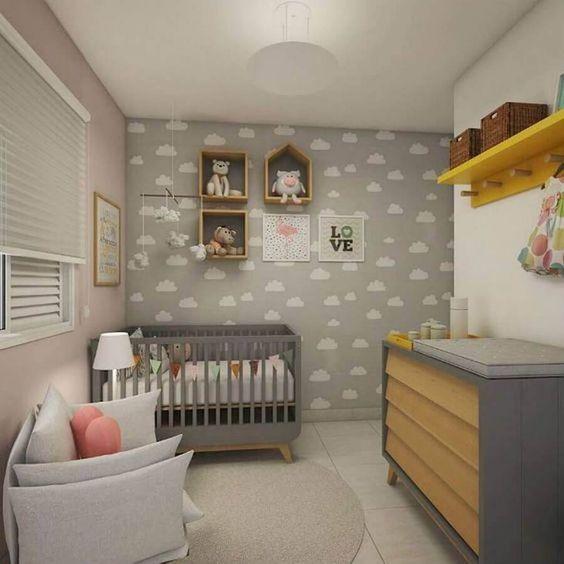 Quarto de bebê com nichos, prateleira, cestos e papel de parede com nuvens.