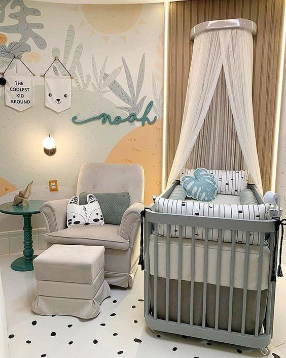 Quarto de bebê com papel de parede e o nome da criança.