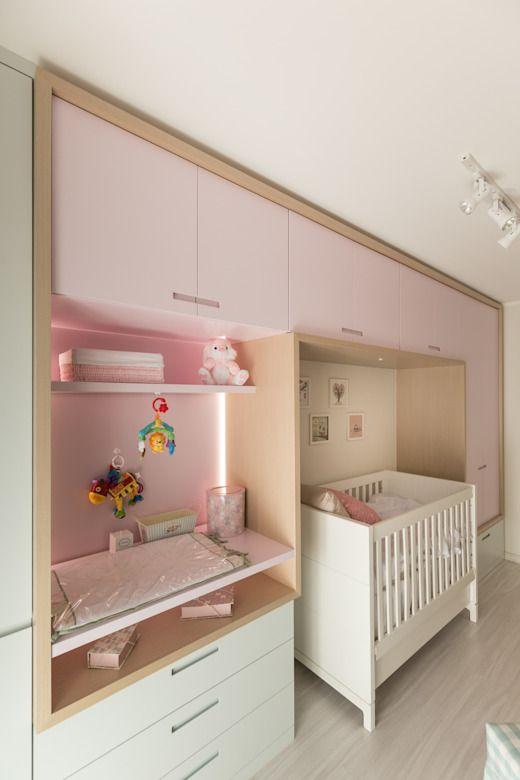 Decoração de quarto infantil com parede inteira de guarda-roupas.