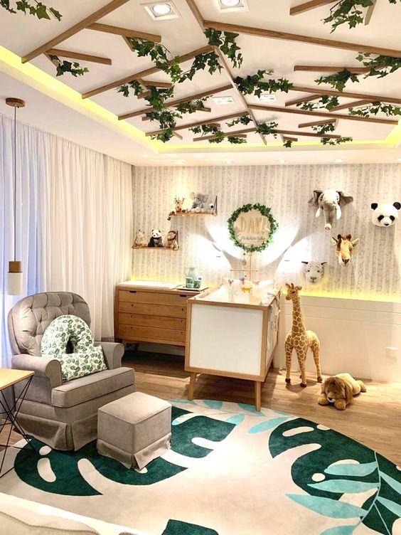 Decoração de floresta com ursos de pelúcia e madeira com plantas artificiais no teto.