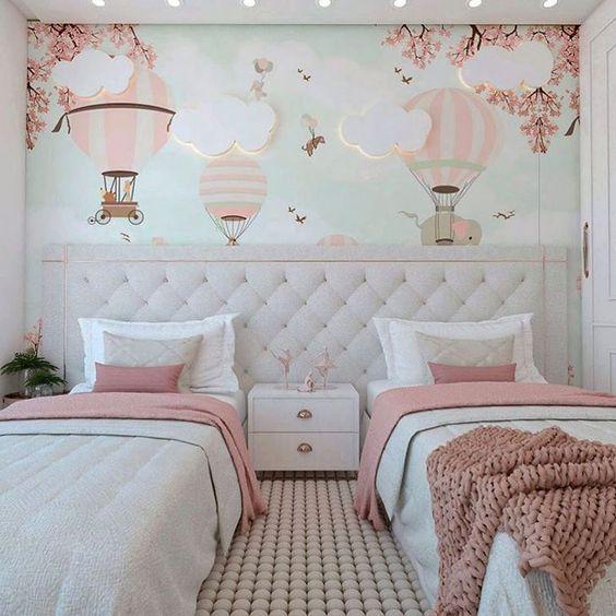 Decoração sutil com cabeceira de cama acolchoada para duas camas.