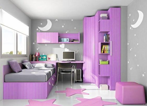Decoração de quarto com móveis roxos.