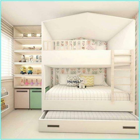 Quarto de menina com beliche em formato de casinha e cama reserva.