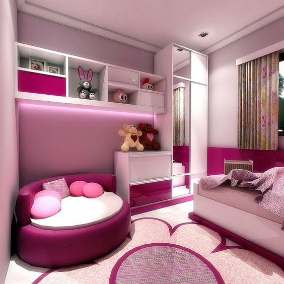 Quarto pink e branco com cama, guarda-roupa e uma poltrona redonda.