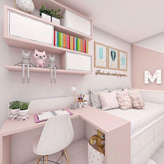 """Quarto com cama, mesa em """"L"""" e prateleiras para organizar os livros, ursinhos e plantas."""