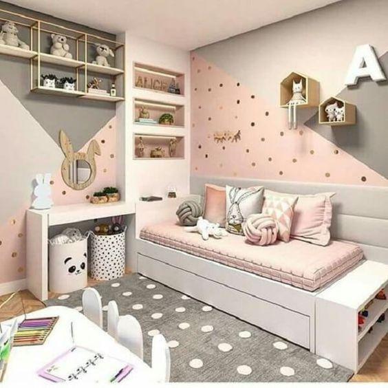 Quarto de menina rosa com tema de coelho, cama reserva, mesa de estudo e nichos e prateleiras para ursos de pelúcia.