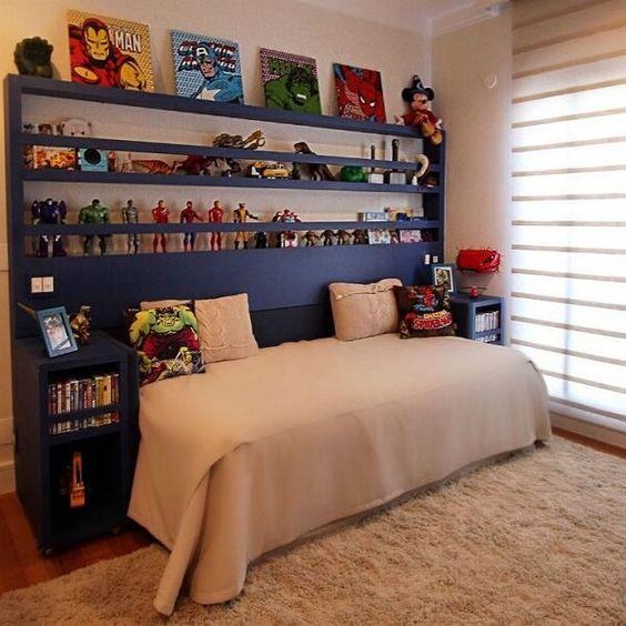 Decoração de quarto de menino com os itens colecionáveis em prateleiras em volta da cama.