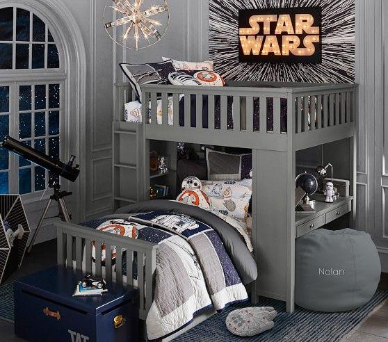 Quarto com duas camas de madeira com tema do Star Wars.
