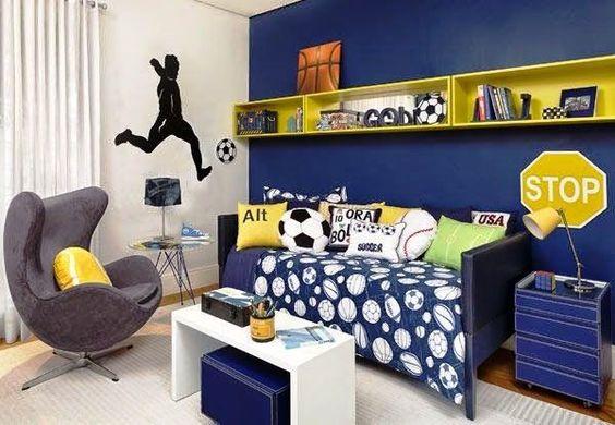 Decoração de quarto com tema de futebol com várias almofadas.