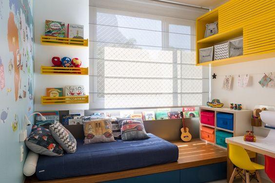 Decoração de quarto colorido com cestos, prateleiras e mesa de estudos.