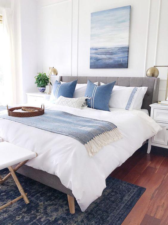 Decoração de quarto de casal nas cores branco e azul.