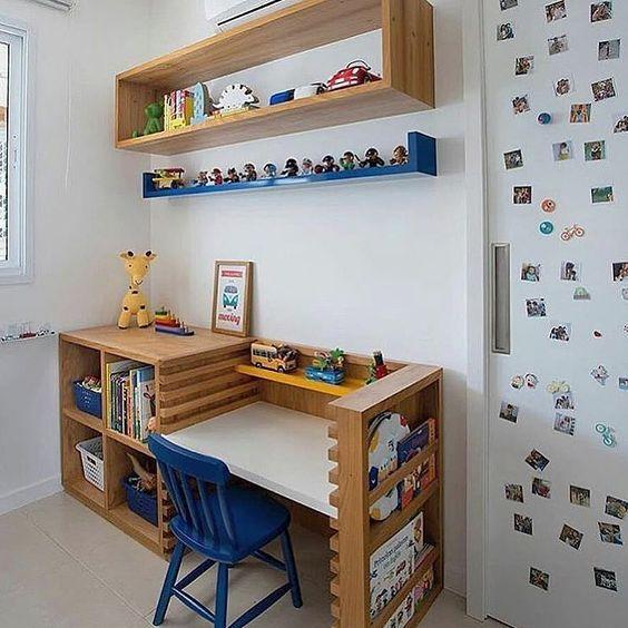 Mesa de estudos com nichos e prateleiras de madeira.