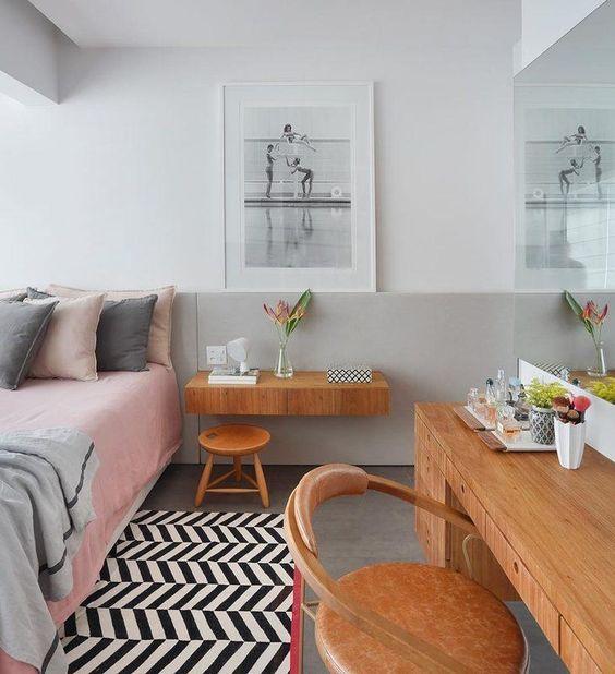 Quarto com móveis em madeira e um quadro grande.