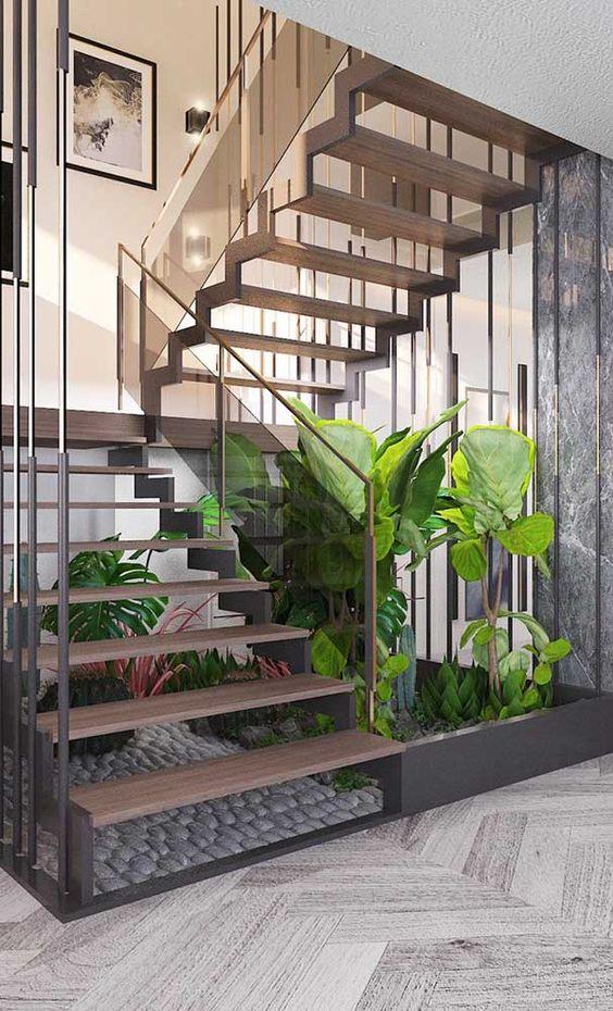Espaço embaixo da escada em L serviu  como jardim.