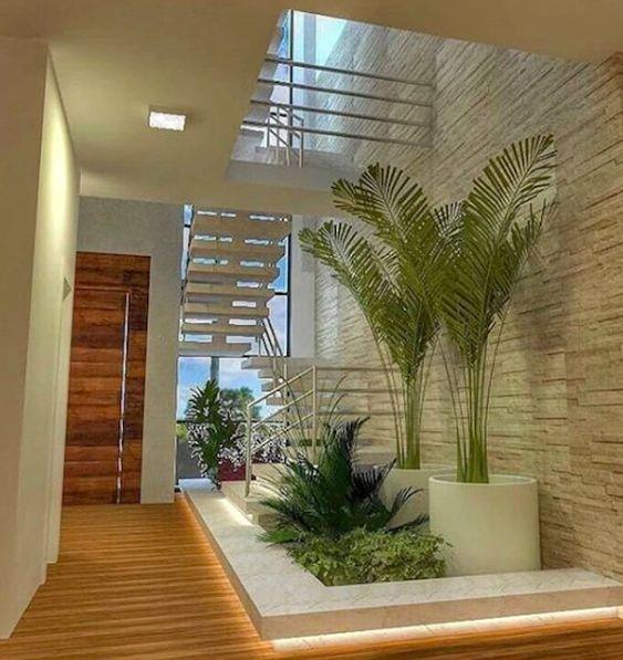 Espaço sob a escada foi usada como área verde.