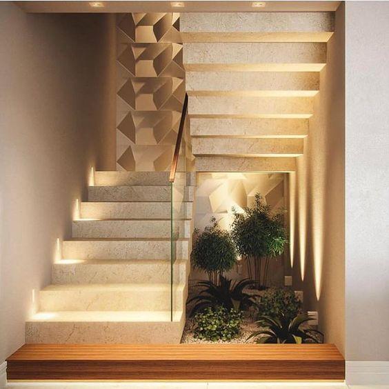 Área embaixo da escada aproveitada como jardim de inverno.
