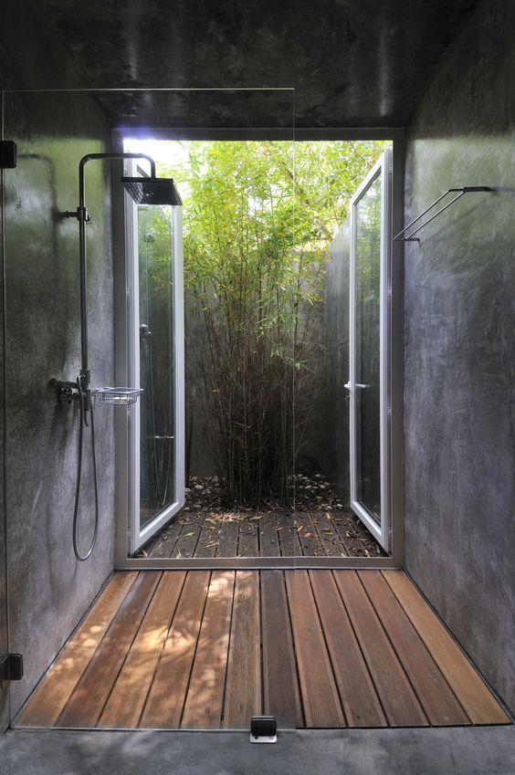 Jardim de inverno  com deck de madeira.