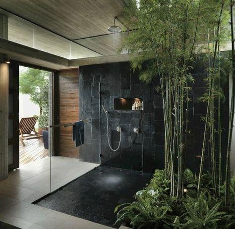 Banheiro com jardim interno e varanda.