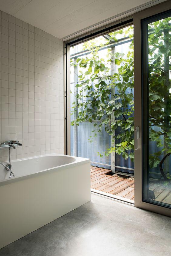 Banheiro com abertura para o jardim de inverno.