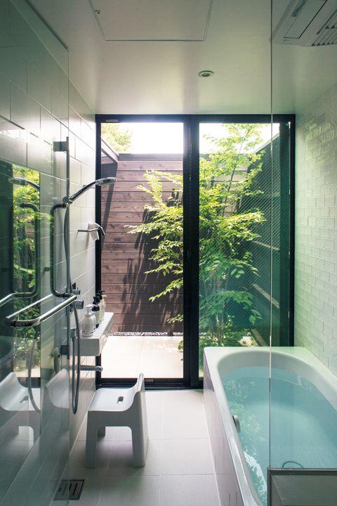 Banheiro com portas de vidro para o jardim intimo.
