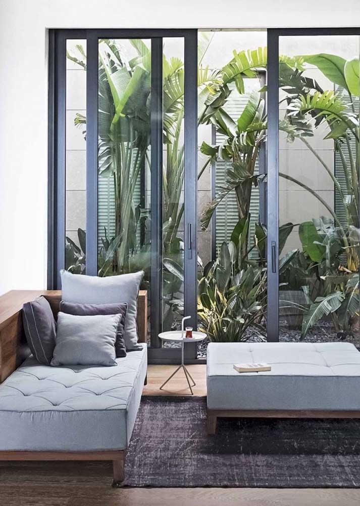 Sala com  abertura para o jardim interno.