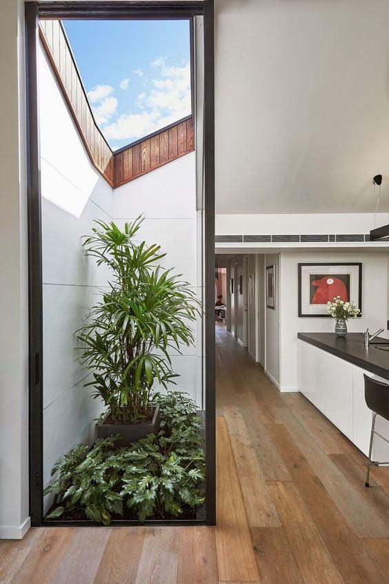 Cozinha com abertura externa pequena mas cheia de charme.