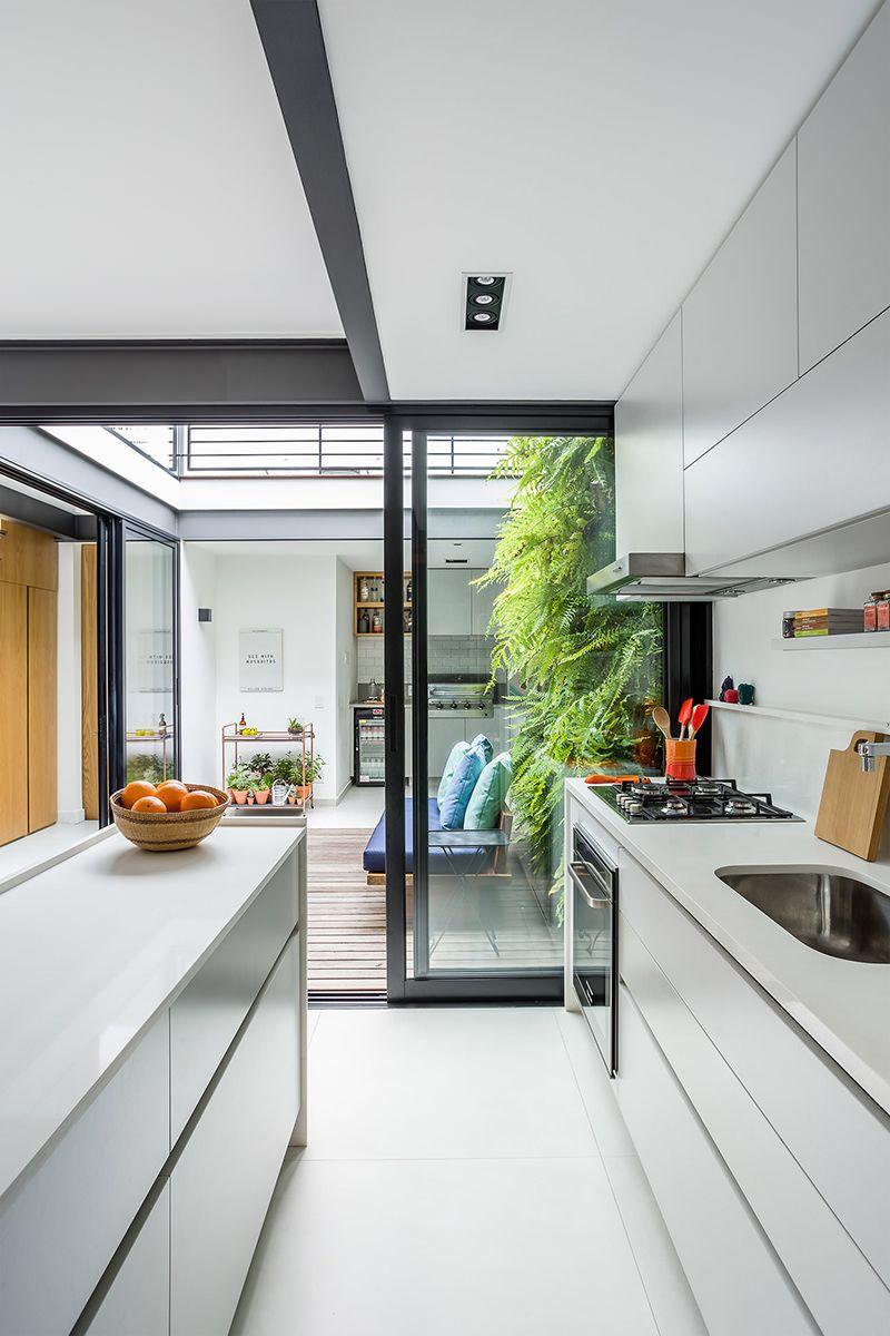 Cozinha com abertura para o jardim. intimo