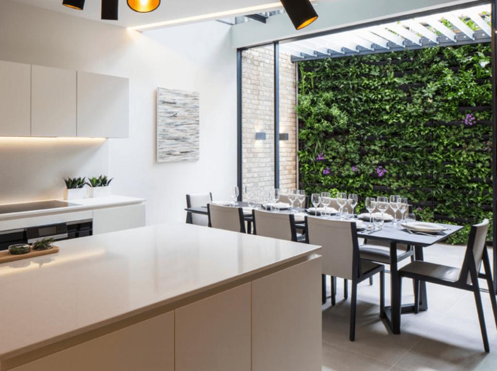Cozinha com abertura externa com jardim vertical.