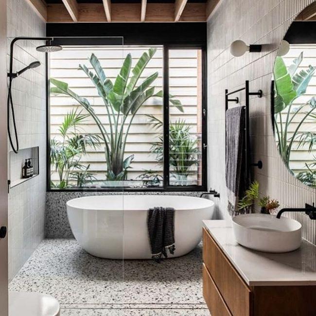 Jardim de inverno ao lado da banheira contribui para os banhos relaxantes.