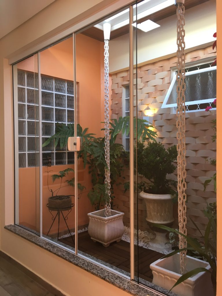 Jardim de inverno foi a solução para as janelas dos demais ambientes.