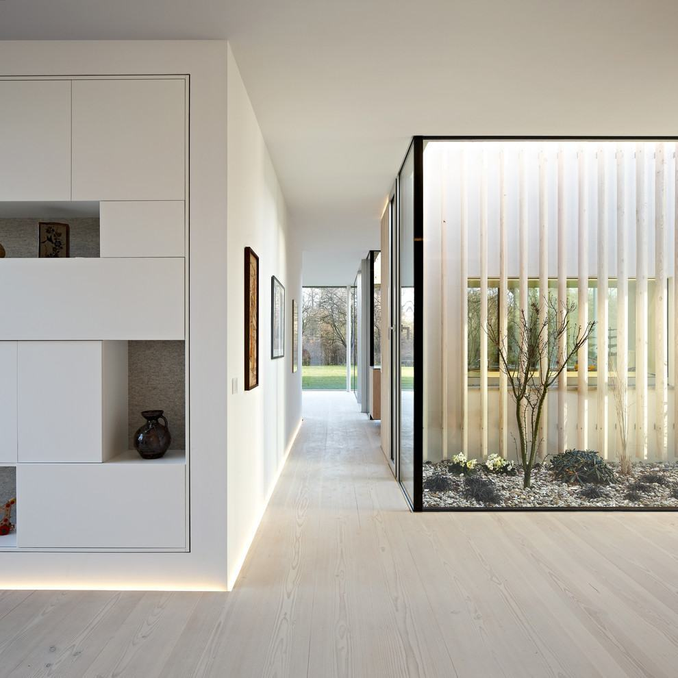 Caixa de vidro faz as vezes de jardim interno.