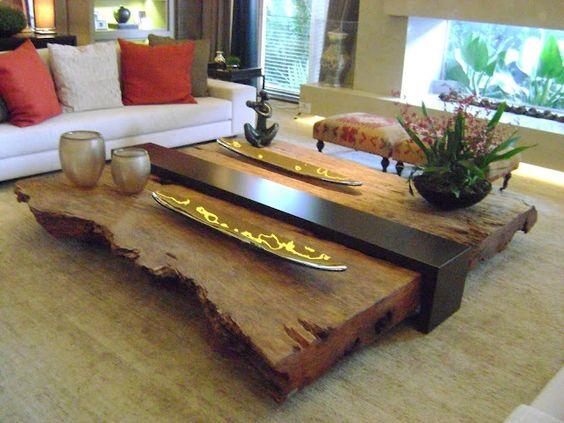 Mesa de centro feita de madeira em seu estado natural e uma peça de laca ao centro.