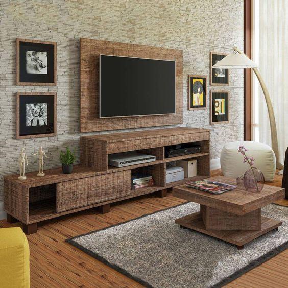 Móveis rústicos para a sala de estar: rack, mesa de centro e painel trazem o estilo.
