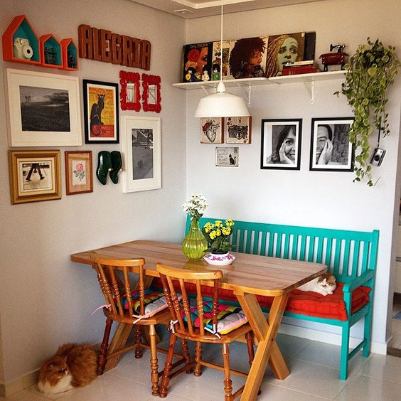 Sala de jantar também pode trazer o visual rústico com móveis de madeira.