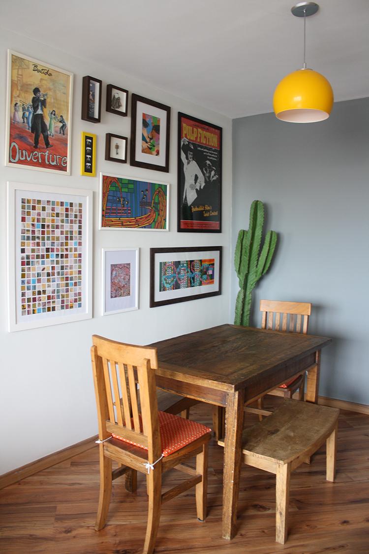 Sala de jantar com móveis rústicos.