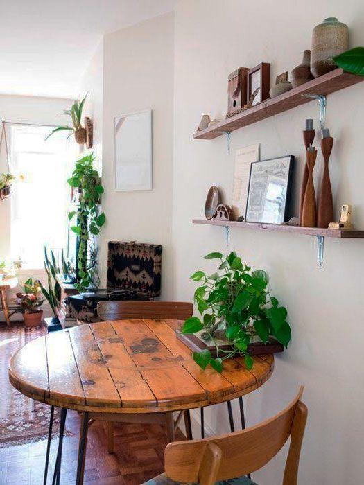 Mesa com madeiras rústicas.