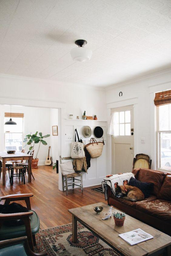 Sala de estar com móveis rústicos.
